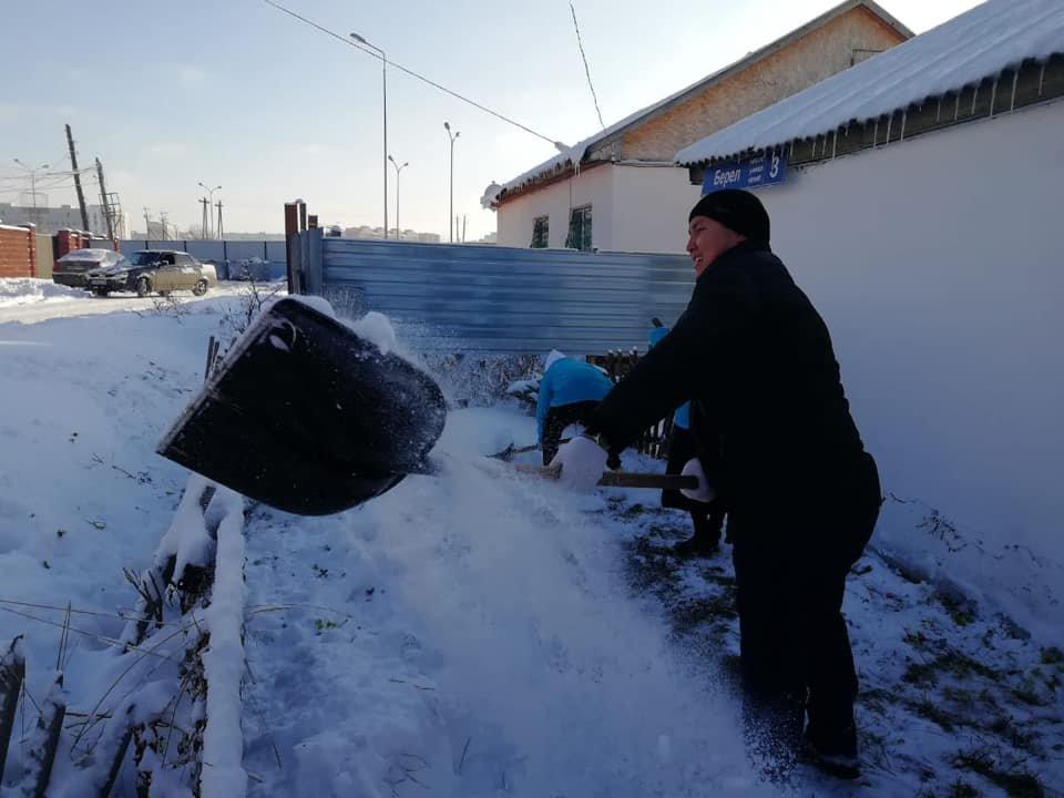Волонтеры помогли убрать снег одиноким пенсионерам в Нур-Султане (фото), фото-6