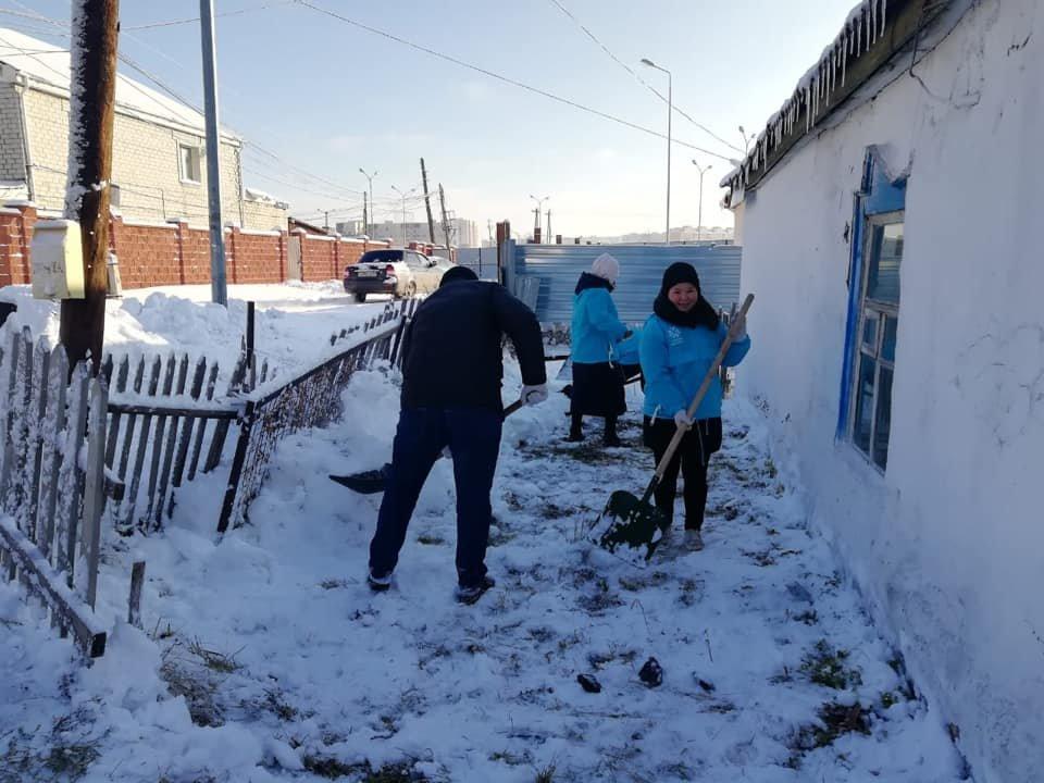 Волонтеры помогли убрать снег одиноким пенсионерам в Нур-Султане (фото), фото-2