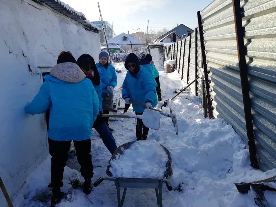 Волонтеры помогли убрать снег одиноким пенсионерам в Нур-Султане (фото), фото-1