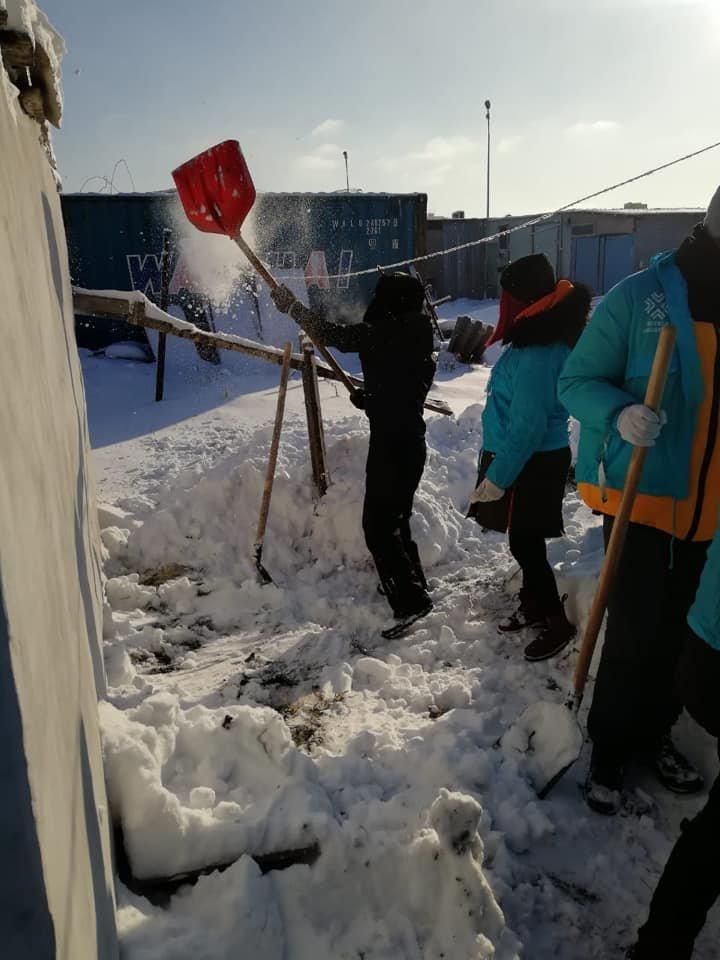 Волонтеры помогли убрать снег одиноким пенсионерам в Нур-Султане (фото), фото-3