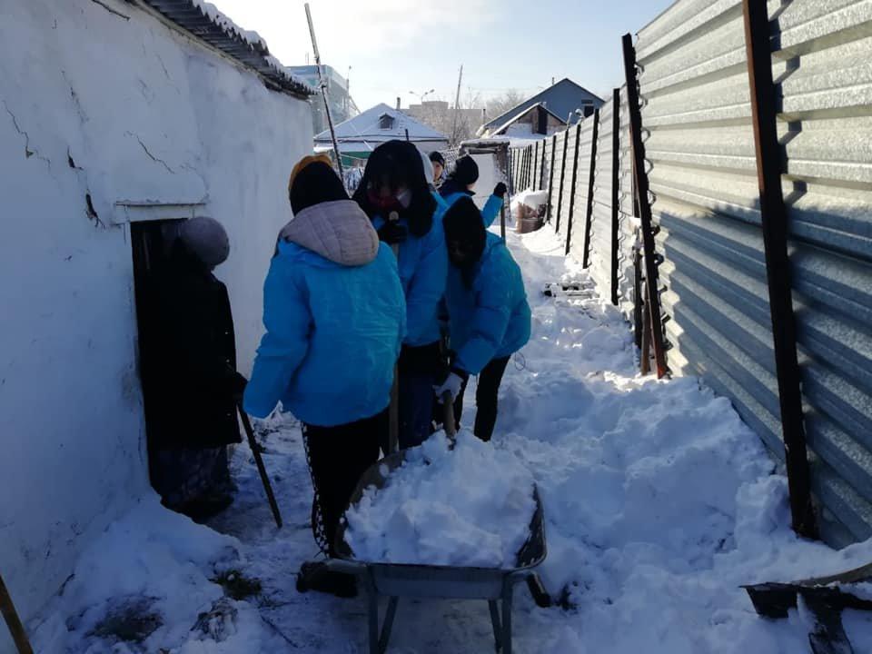 Волонтеры помогли убрать снег одиноким пенсионерам в Нур-Султане (фото), фото-4