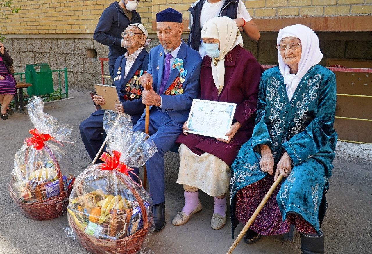 Духовой оркестр поздравил ветеранов ВОВ столицы во дворе дома, фото-1