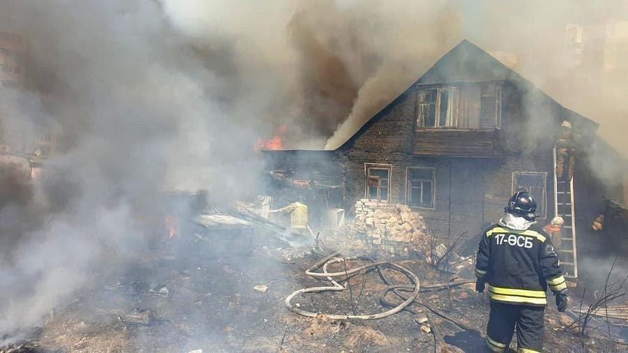 Происходит горение сухостоя с распространением огня на близстоящий частный дом, ДЧС Нур-Султана